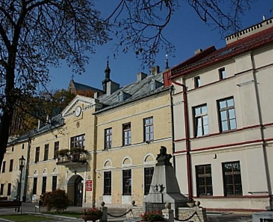 """UM Olkusz:  Zapraszamy na spacer historyczny """"Szlakiem dawnych olkuskich sklepów i knajp"""""""